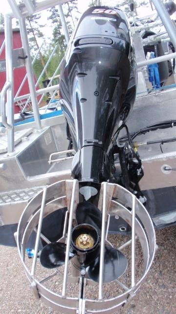 Potkurisuoja kaislan niittoveneeseen