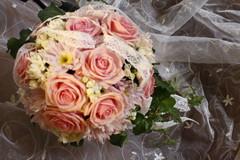 ruusu, krysanteemi ja morsiustähdikki