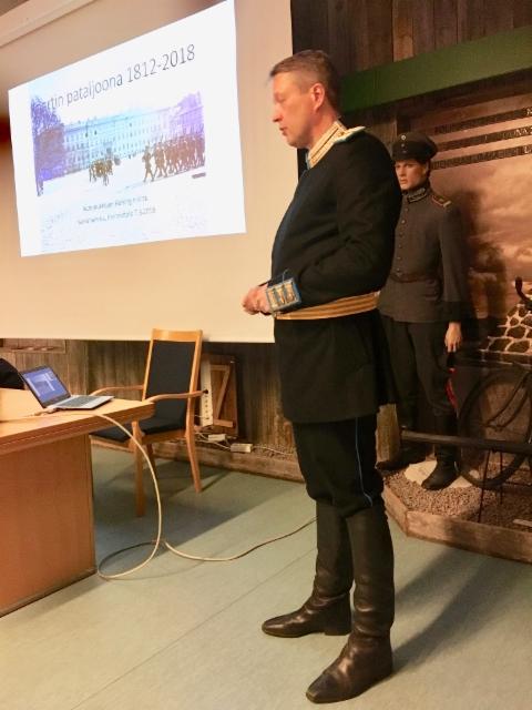 Majuri Marko Maaluoto kaartinkapteenin sotilasasussaan.