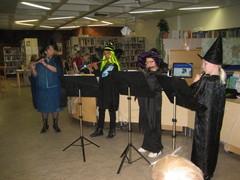 """Noitakvartetti lumoaa soitollaan Äänekosken kaupunginkirjaston """"kauhujen illassa"""" 23.10.2009"""