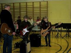Kun bassoa soittaa Kalle, niin kitarassa on tietysti Ville! Duo Kalle&Ville soitinesittelykonsertissa Äänekosken keskuskoululla 10.2.2010.