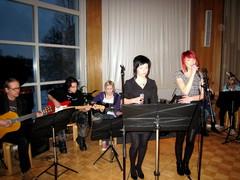 """Mona Steffansson ja Ella Närhi tulkitsevat kappaletta  """"Kulkuriveljeni Jan"""" laulajien Rautavaara -konsertissa 11.2.2010"""