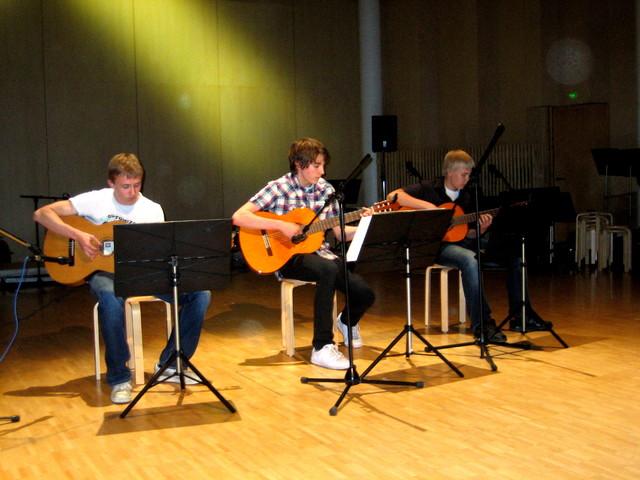 Mikko Lahtinen, Juho Lasarov ja Markus Hämäläinen tulkitsevat E. Claptonin biisiä Tears in Heaven, 27.5.2010 Suolahtisalissa