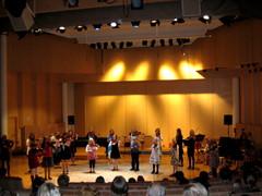 Viulistit A. Lloyd Webberin lumoissa musiikkiopiston kevätjuhlassa Suolahtisalissa 27.5.2010