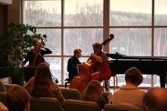 Annikka Wahrmann -stipendiaatti 2010 Aino-Leena Piilonen (vas.) tulkitsee yhdessä Matti Torikan ja Sari Savolaisen kanssa G.F Händelin Triosonaattia no 16, 6.2.2011