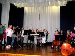 Jousiorkesteri Piccoliino koulukonserttikiertueella maaliskuussa 2011