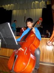 Kontrabasisti Niko Ruppert sooloilee koulukonsertissa maaliskuussa 2011