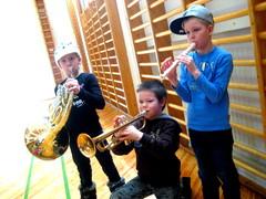 Riia Arpiainen (vas.), Veeti Hirvanen ja Osku Ikonen koulukonserttitunnelmissa Konnevedellä maaliskuussa 2011