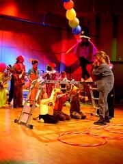 Zibuli Zabuli Zaa! -lastenkonsertti Suolahtisalissa 30.4.2011. Estradilla musareppulaisia ja Junnupoppoo - orkesteri.