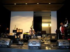 Filharmoninen Saha & Pumppu -bändin soundcheck Kemijärven kulttuurikeskuksen näyttämöllä 16.9.2011