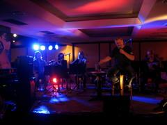 Kari Väänänen tulkitsee Tom Waitsia Hotelli Kemijärvessä Filharmoninen Saha & Pumppu -bändin säestämänä 17.9.2011