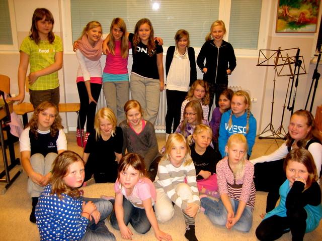 Laukaan Sirkuttajat -kuoro treenitauolla 17.11.2011