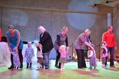 Pienet koiranpennut vanhempineen temppuilevat muskarilaisten joulujuhlassa 10.12.2011