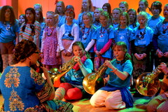 Maailman ympäri 80 -minuutissa konsertti Suolahtisalissa 24.3.2012. Kuoro ja käyrätorvensoittajat tulkitsevat aboriginaalien kehtolaulua Australiasta
