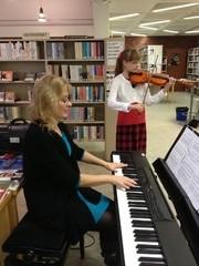 Sanna-Mari Korjonen ja Tiina Hämäläinen esiintymässä Kirjasto Soi! -oppilaskonsertissa Äänekosken pääkirjastolla 10.10.2012