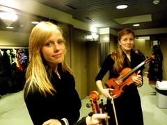 Elsa Mäkelä (vas.) ja Siiri Seppälä Adventin aikaan -konserttitunnelmissa Hietaman kirkossa 28.11.2012