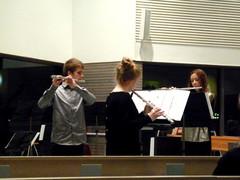 Jan Sippola, Sonja Vihavainen ja Pauliina Lappalainen estradilla Hietaman kirkossa 28.11.2012