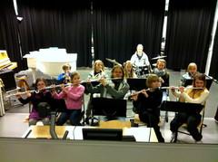 Laukaan Puuskupoppoo -orkesteri keikalla Sydän-Laukaan yläkoulun liikuntapäivätapahtumassa 21.2.2013