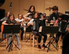 Kitaristien ja harmonikansoittajien avausnumero nostatti kevätjuhlatunnelmaa Suolahtisalissa 16.5.2013