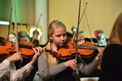 """Viuluvirtuoosi Iita Piilonen musiikkiopiston sinfonisen orkesterikokoonpanon """"Suuria Tunteita"""" konsertissa la 22.11.2014"""