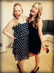 Jenny Pasasen (vas.) ja Elli-Noora Janhosen backstage tunnelmaa Supernaiset -konsertin h-hetkellä (Suolahtisali 20.5.2015)