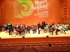 Musiikkiopiston Parrots -kitaraharmonikkayhtye Nuori Soittaa tapahtuman estradilla 20.11.2015