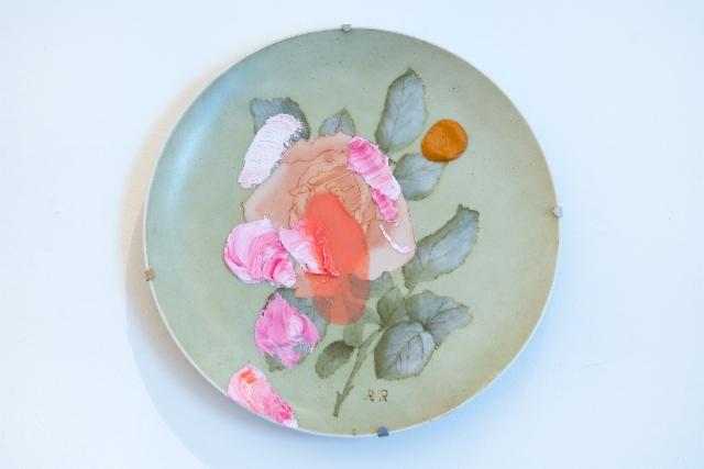 Mummon ruusu (2015) öljy isoäidin maalaamalle posliinilautaselle.