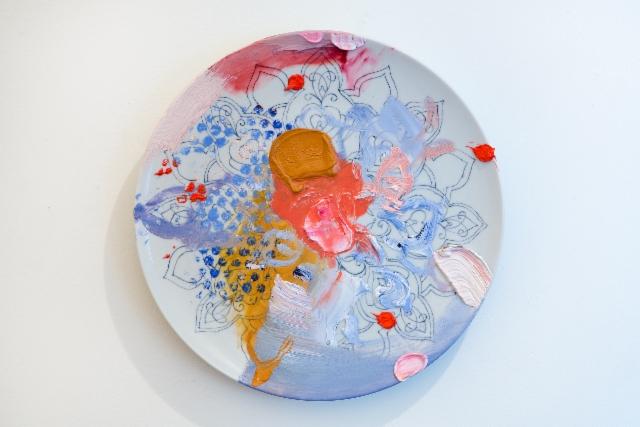 Kesken jäänyt (2015) öljy isoäidin maalaamalle posliinilautaselle