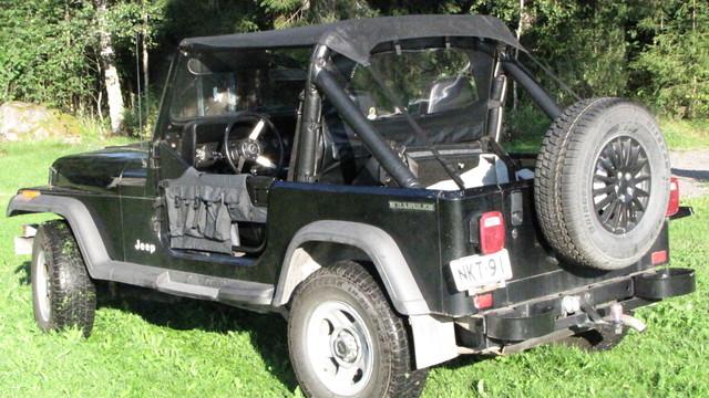 Jeep CJ 7  kesävaatteissa.
