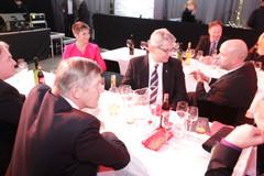 Bridgestonen Tuomas Virén (oik.) keskustelussa SKALn toimitusjohtaja Iiro Lehtosen ja puheenjohtaja Ahti Myllyksen kanssa,
