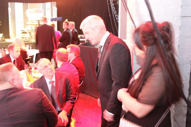 Herrasmieskuljettaja Janne Salomaa ja vaimonsa Synnöve keskustelivat olympiavoittaja Lasse Virénin kanssa - suuri sankari ja kuljetusyrittäjä hänkin.