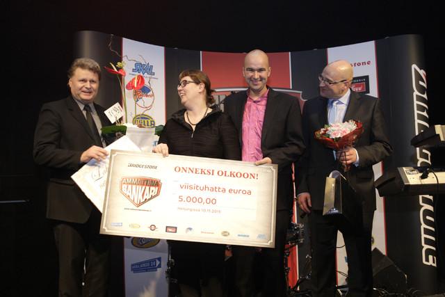 Liikenneministeri Merja Kyllönen luovutti Ammattina Sankari 2011 palkinnon Petri Varkoille. Vierellä Lähivaara Oy:n Jussi Lähivaara ja kunniamaininnan saanut kuljettaja Vesa Turunen (oik.).