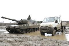 Saksalaisessa Leopard 2A4 taistelupanssarivaunussa on MTU:n 12-sylinterinen 48-litrainen 1500 hv moottori, painoa 55 tonnia ja vaunun maksiminopeus on 72 km/h - italialaisessa Iveco Daily 55S18 DW 4x4:ssa voimaa on 180 hv ja painoa n. 3000 kg