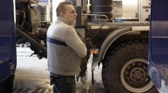 Heikki jokela  hämmästelee outoa puutavara-autorengastusta.