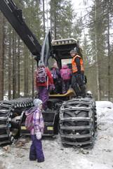 Eco Log harvestereiden alusta mahdollistaa mm. koneen laskun maantasalle mikä helpottaa ohjaamoon kulkemista