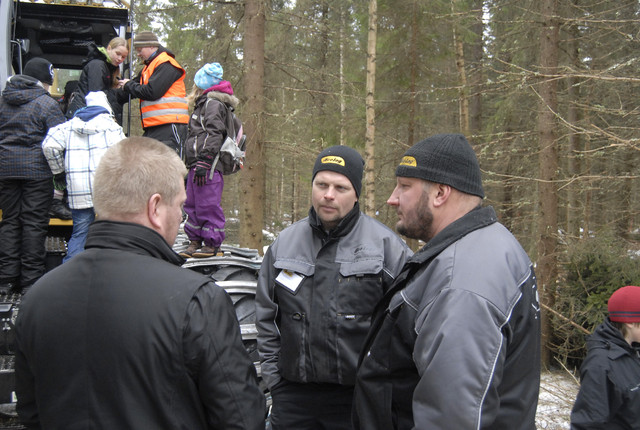 Eco Login Petter Sirkka (oik.) ja Mikko Laurila kuuntelivat tarkkana konemiesten hyvää palautetta koneista