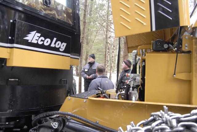 Eco Log -koneissa on huoltokohteet helposti esillä - taustalla koneiden ominaisuuksista kertoo asiakkaille Eco Login Jarkko Schroderus