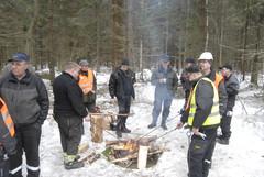 Makkaraa nuotiolla grillatessa on hyvä vaihtaa kuulumisia ja ajatuksia metsäalan näkymistä