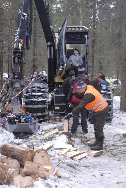 Perinteinen menetelmä tehdä puuta elää edelleen harvesteriteknologian rinnalla