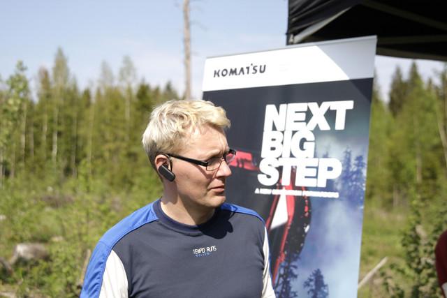 Ari Seppälä tekee puuta harvesterilla ammattitaidolla