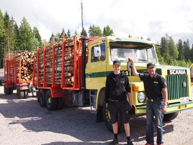 Scania 141 puutavarayhdistelmä ja kuskit.