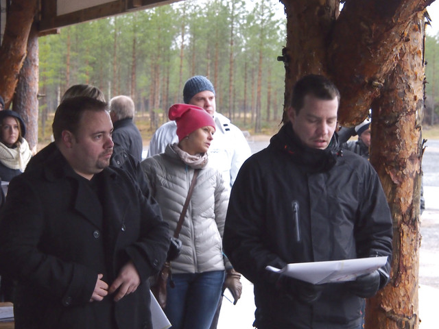 Mascuksen miehet tutkii karttaa - taustalla Polarteknikin Milla Johansson - FinnMETKO 2014 näytteilleasettajapäivät 19.-20.11.201