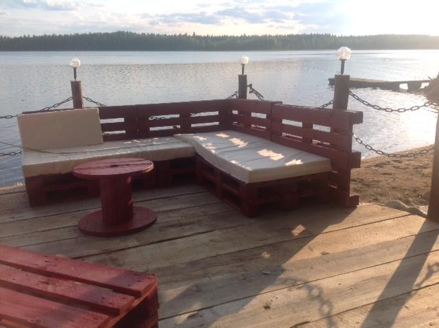 Laiturin komeat penkit on tehty lastilavoista - Koura-Autojen Harri Ojanperä teki komean puumiehen sauna mökilleen Keski-Suomessa