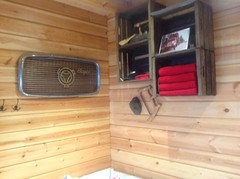 Seinällä Alukarikka-Savotta pokasaha 80-luvun alkupuolelta - Koura-Autojen Harri Ojanperä teki komean puumiehen sauna mökilleen Keski-Suomessa