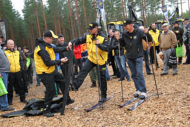 Juho Nummela laittoi lentokelin voiteet Juha Vidgrénin Ponsse-suksiin - FinnMETKO 2014, Jämsä, 28.-30.8.2014