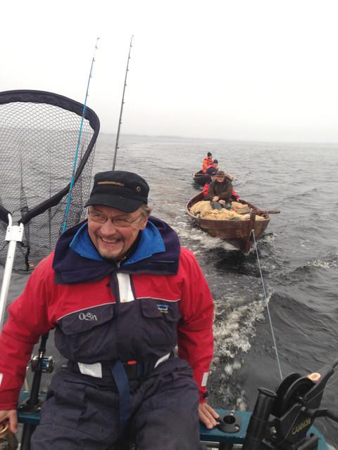 Nuottaveneet kulki uisteluveneen perässsä apajille - Pertti Lehtomäki katselee jo tulevia eduskuntavaaleja kohti...