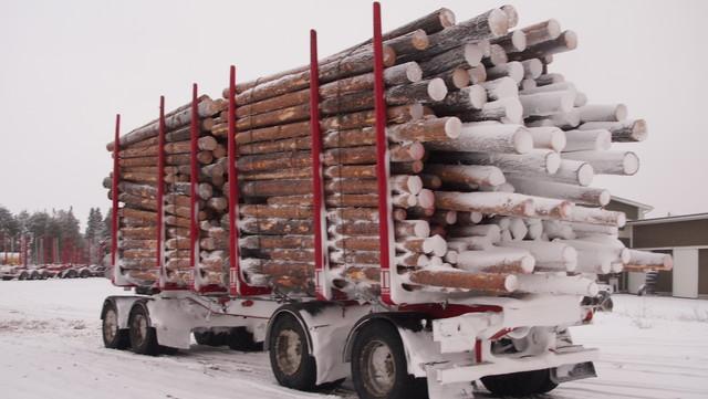 Alusta ,akselit,renkaat ja vaunun peräosa imevät lunta maasta ja nippujen peräpyörre muuraa sitä myös kuormaan.