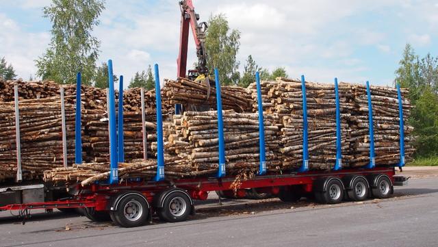 """Koko """"perinneyhdistelmän"""" kuorma mahtuu pelkkään 96 m3 perävaunuun."""
