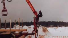 Jonssi Y-kouralla ja ALUKARIKKA vuodelta 1977 . Apurunkopaketti on alumiinia,, apurunko on Alusuissen alumiinirunko korkeus 240. Lokasuojat 4 mm kyynellevyä ja tuppisarja laaketoitu takaa alhaalta.