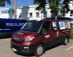 Uunituoreet Metsäalan Ammattilehdet saapuvat Härmään uudella Iveco Dailylla - tule tutustumaan Vuoden 2015 pakettiautoon Ammattilehden osastolle U398